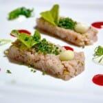 Tartar de bonito, hojas marinas, gazpacho de remolacha con cremoso de pipirras