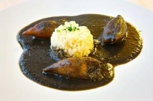 Chipirones en su tinta con arroz blanco, en De La Riva