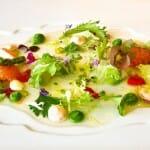 Ensalada Tibia de tuétanos de verdura con marisco, crema de lechuga de casería y jugo yodado