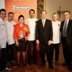 Algunos de los cocineros que han ofrecido el cóctel posan con los responsables de la Guía Michelin