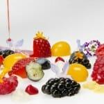 Sopa de frutos rojos con esferificaciones de mango