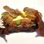 Carrillera glaseada al jengibre con trufa y puré de aceite de oliva y pimienta sansho