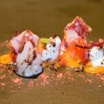 Kimchee de fresas, yogurt y café con chipirones de anzuelo a la llama directa del wok
