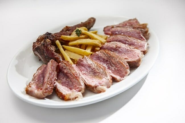 Las carnes se preparan a la brasa