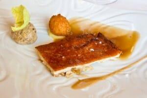 Cochinillo confitado a baja temperatura con chucrut de col china, su croqueta y salsa de sidra