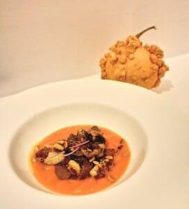 Níscalos guisados con crema de calabaza y foie gras asado