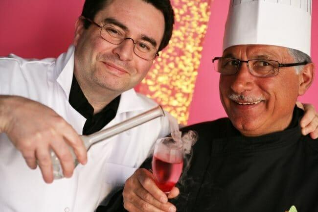 """Noël Gutrin y el equipo del restaurante """"Le Cristal"""" siguen los consejos del químico Hervé This para ofrecer cocina molecular a precios asequibles"""