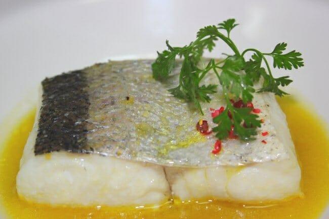 Merluza de Burela confitada en picudo con laurel y limón