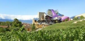 El hotel destaca en el entorno natural de Elciego
