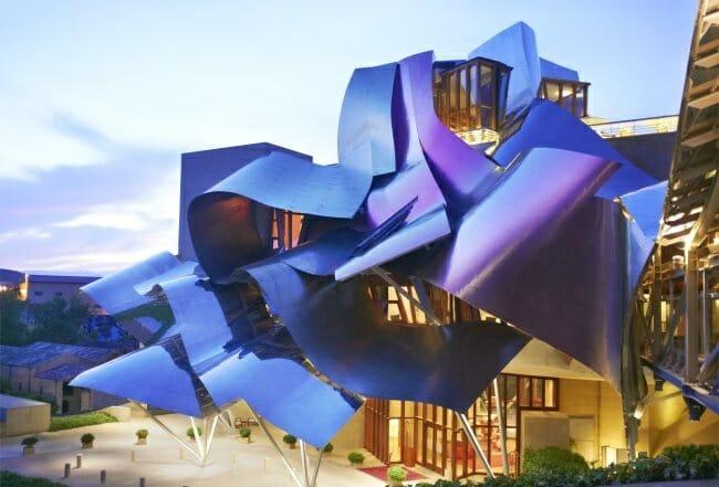 Espectacular la fachada de la obra de Frank O. Gehry
