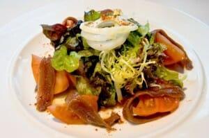 Ensalada de tomate raf con bonito, aguacate y anchoas
