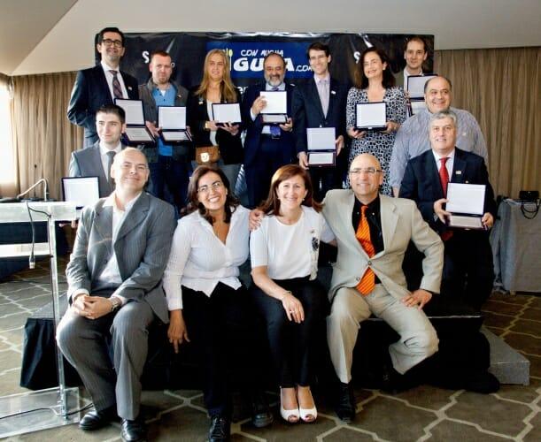 Foto de familia de los premiados, junto al equipo de Con Mucha Gula