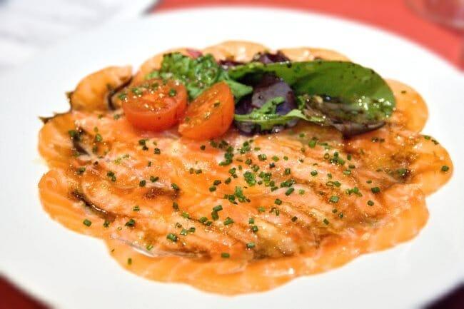 Carpaccio de salmón con vinagreta de yuzu y jengibre