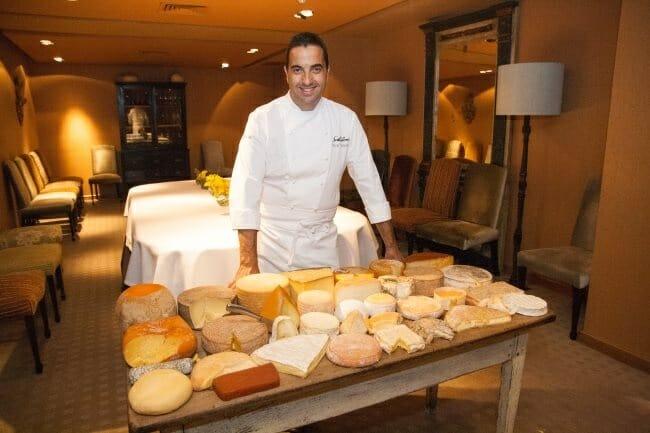 Óscar Velasco, junto al carro de quesos de Santceloni