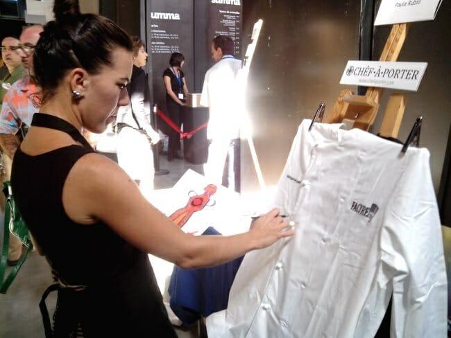 Los artistas participantes han personalizado las chaquetillas de los chefs