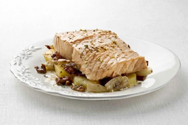 Salmón con patatas en sartén