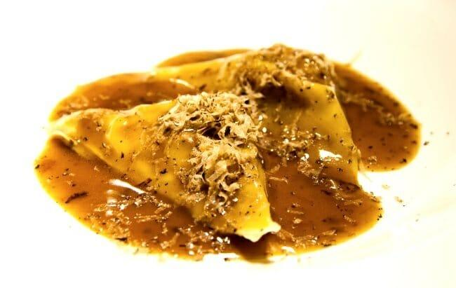 Raviolis de manitas de cordero con salsa Perigüex