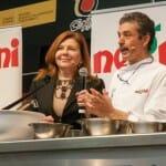 Nicoletta Negrini con el campeón del mundo de pizza