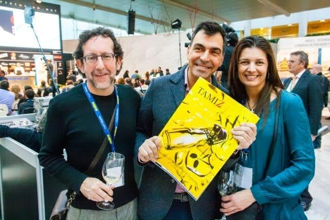 Matías Pérez Llera y Alexandra Sumasi, acompañados de Ramón Freixa, posan con el primer número de Tamiz