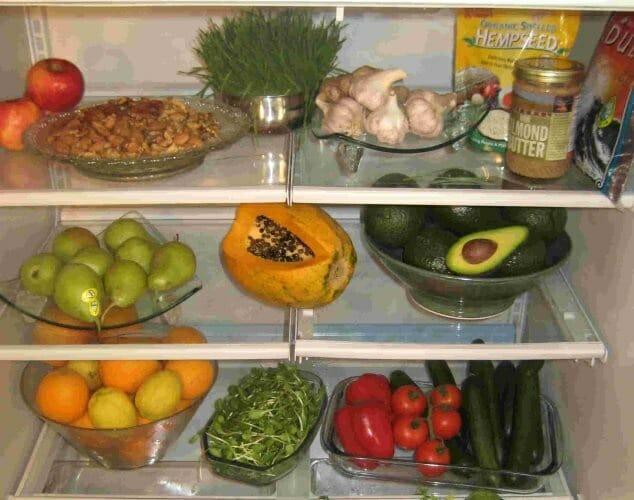 Organizar los alimentos en la nevera nos ayudará a tirar menos comida