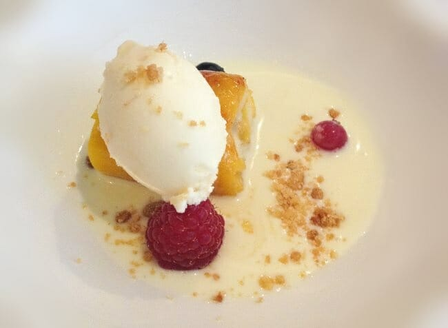 Torrija envuelta en mango con chocolate blanco