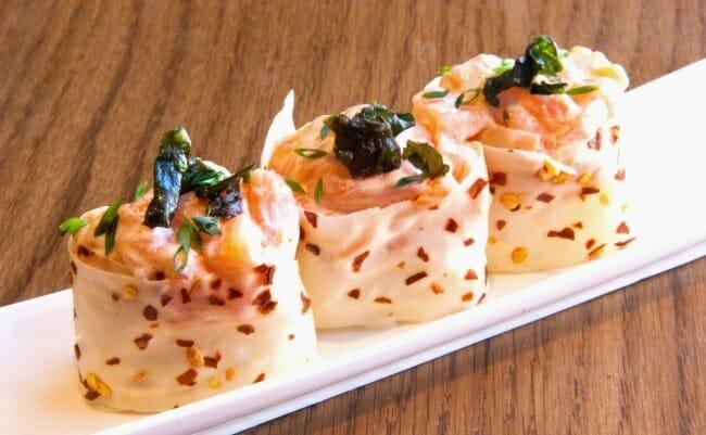 Guncan de tártar de salmón con salsa de ostras y ajo