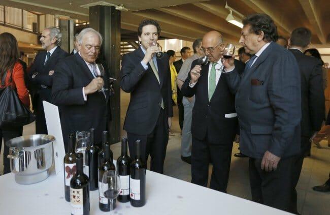 Daniel García Pita, de El Regajal, brindan con Borja Sarasola, consejero de Medio de Ambiente, Alfonso Ussía y Juan Bautista Orusco, presidente del CRDO