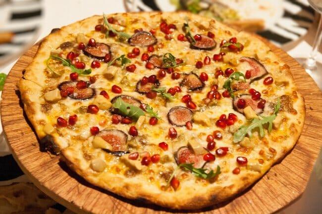 Pizza de foie con higos y granada