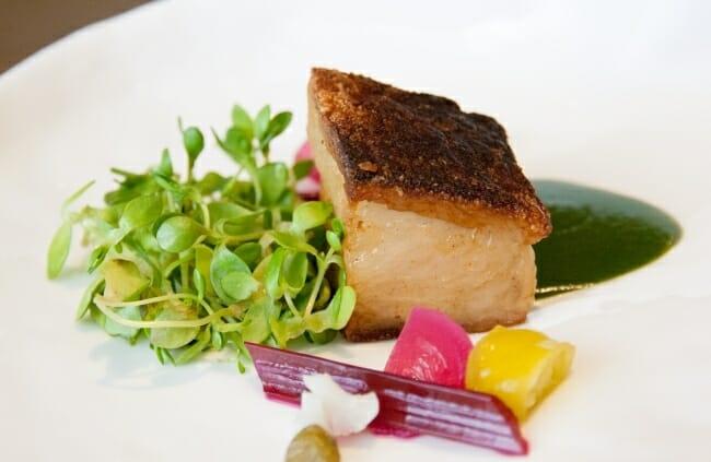 Papada de cerdo marinado con encurtidos y ensalada