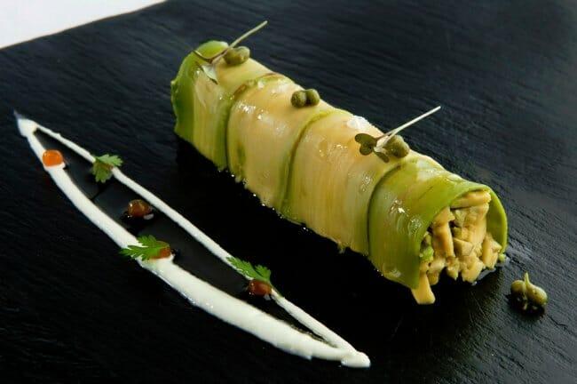 Canelón de aguacate y langostino con yogur y cilantro