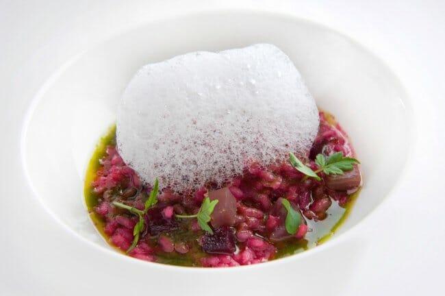 Arroz ahumado con atún rojo, remolacha, parmesano y albahaca