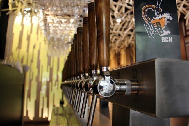 El local ofrece 30 tiradores de cerveza joven llegada de todos los rincones del globo