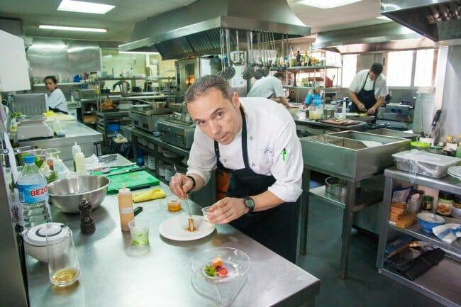 Manuel Alonso, en la cocina de Casa Manolo