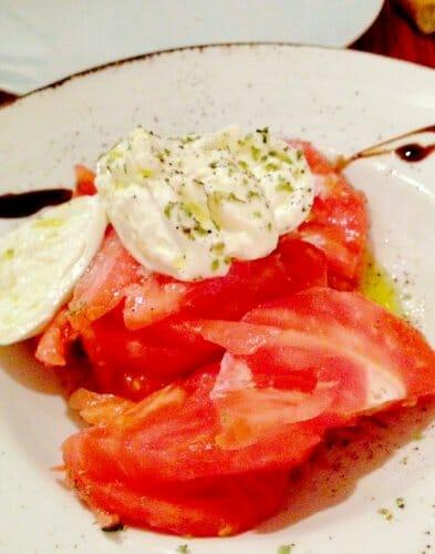 Ensalada de burrata y tomate pelado
