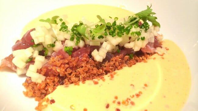 Tartar de atún con ajoblanco de kimchi, manzana y quinoa crujiente