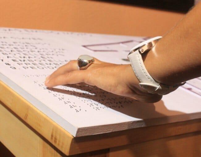 Emilio Moro incluye en sus instalaciones paneles explicativos, así como un plano en relieve y rotulado en Braille