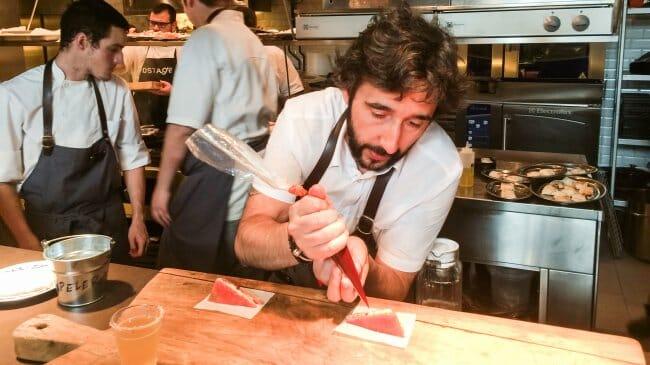 Diego Guerrero, preparando en barra el Sándwich de sandía helada