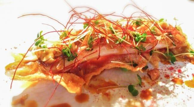 Salmonete de salmón con escama crujiente