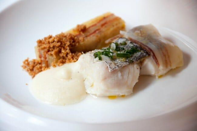 """Pescadilla de Motril, con patata en pastel y """"ajopollo"""""""