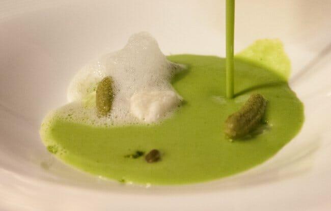 Gazpacho verde pepino, alcaparra, pepinillo de aceituna con aire de lima
