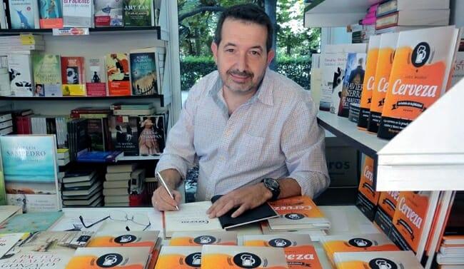 Balcells, firmando ejemplares en la Feria del Libro de Madrid