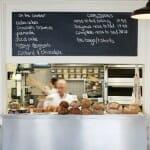 Mostrador de la panadería en la que diariamente se sirve y vende pan a los clientes. Foto: Stefan Johnson