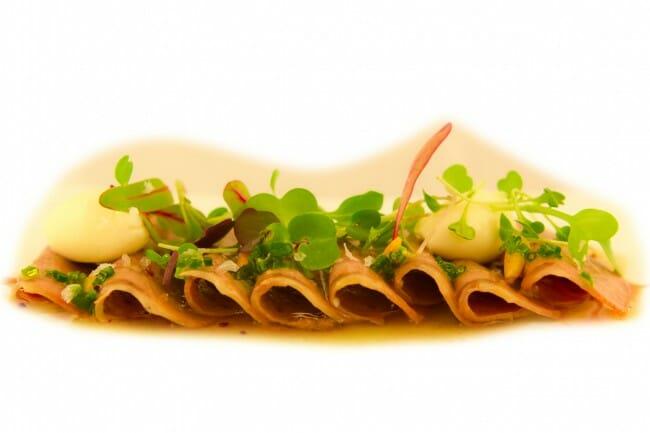 Lengua escabechada con mousse de foie gras y brotes
