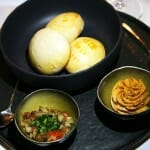 Pan amasado servido con mantequilla con merkén y polvo de pimientos picantes ahumados