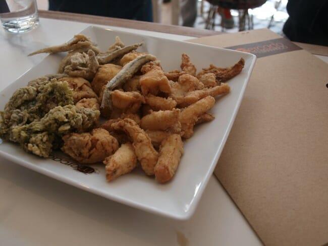 Platito de pescaíto frito del Mercado de la Lonja del Barranco