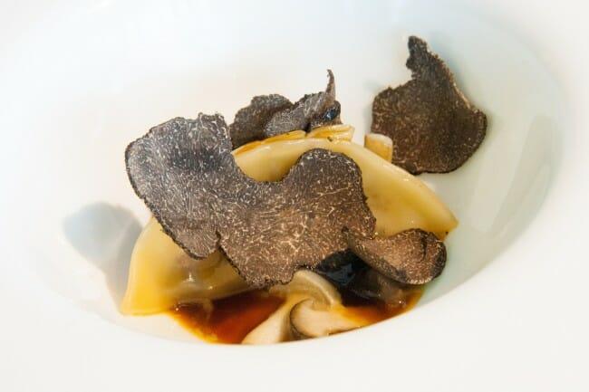 Dumpling de pato con cremoso de foie, trufa negra y setas