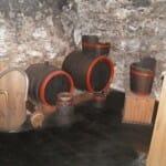 La cesta de madera (puttonyo) a la derecha y los barriles tipo gönc (136 litros) y tipo zerednye (220 litros)