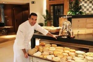 Óscar Velasco y su carro de quesos