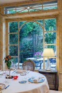 Ventanal del Restaurante Orfila hacia el jardín