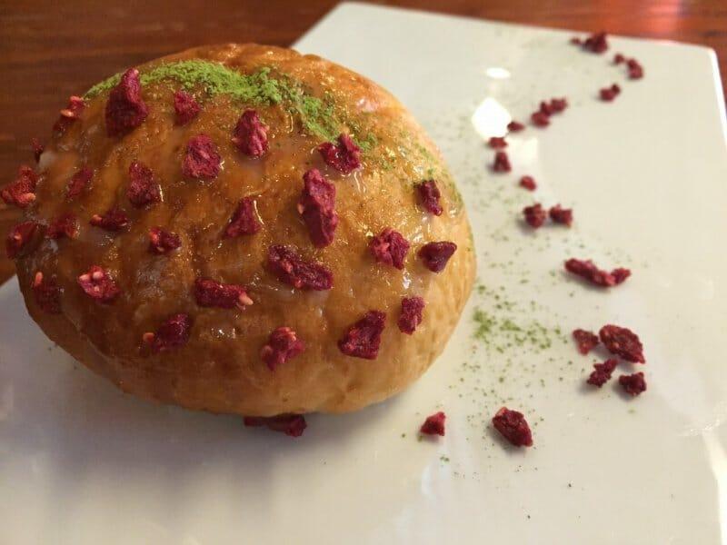 Anpan Matcha: con crema de té verde y mascarpone, confitura de judía roja Azuki y frambuesa crujiente